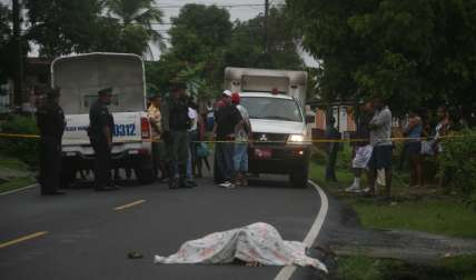 El cuerpo abatido de Ruiz quedó a la orillas de la calle en el sector de San Isidro, en San Miguelito.  Foto Archivo