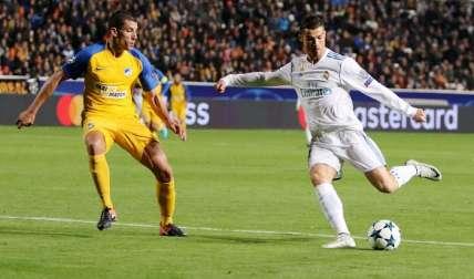 Cristiano (d) conduce el balón ante la marca de Jesús Rueda (i), del Apoel Nicosia. Foto: EFE