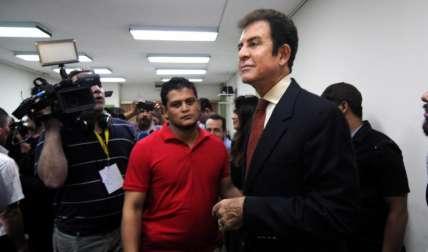 """Salvador Nasralla, cuando salía de la sede del Tribunal Supremo Electoral en Tegucigalpa, donde alegó un """"fraude""""."""