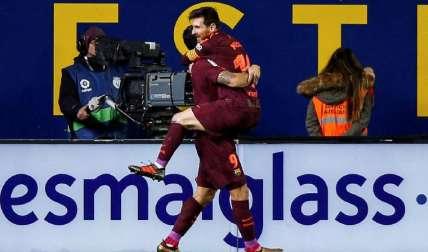 Lionel Messi (dcha.) festeja su gol con Luis Suárez. Foto: EFE