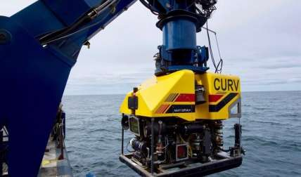 El RV Atlantis, un buque de búsqueda de la Marina de EE.UU., despliega el vehículo submarino Undersea Recovery Vehicle (CURV-21) cerca de la costa de Comodoro (Argentina). EFE