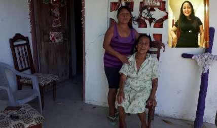 Familia materna de Yelin Barreto la joven SPI de 28 años que fue asesinada por otro SPI. /  Foto: Elena Valdez