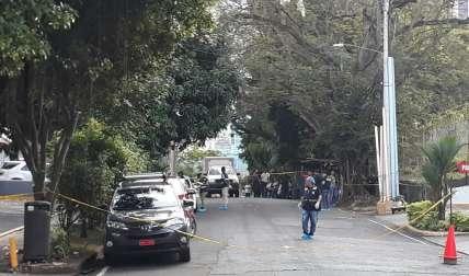 Aparentemente el agresor, tras asesinar a la mujer se disparó, pero falleció en el cuarto de urgencia del Hospital Santo Tomás. /  Foto: Edwards Santos
