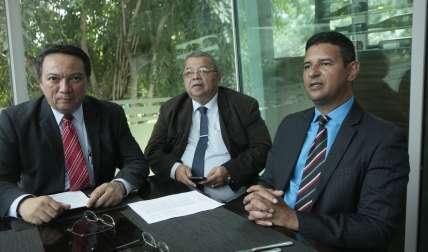 Los abogados en conferencia.