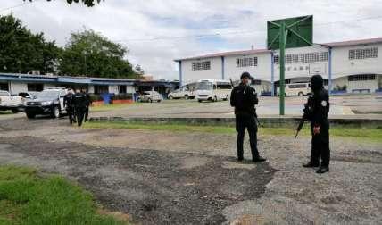 Unidades policiales custodiando la sede del Ifarhu en Santiago. Foto: Melquiades Vásquez