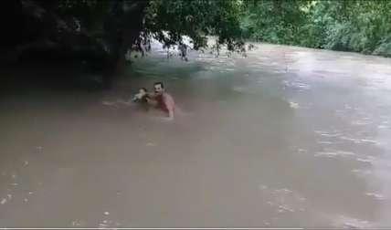 Denuncia: Cruzan río nadando por falta de puente (Video)
