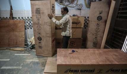 ¡Insólito! En India regalan ataúd para enterrar con dignidad muerto por COVID-19