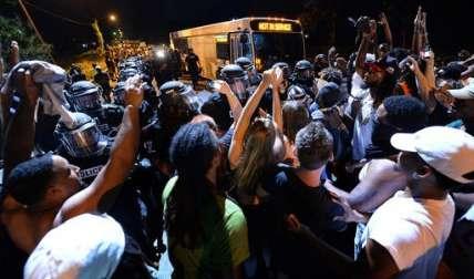 La protesta comenzó después de que Keith Lamont Scott, un afroestadounidense de 43 años, fuese abatido por la policía también por un afroamericano en un complejo de apartamentos en el noreste de la ciudad.   /  Foto: AP