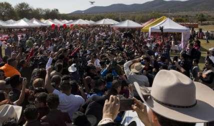 La tradicional fiesta que enloquece a las adolescentes mexicanas convertidas en princesas por un día, y en la que las familias suelen gastar muchas veces hasta lo que no tienen.  /  Foto: AP