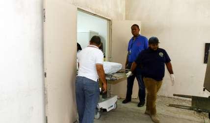 Vista general del momento cuando el cadáver iba a ser trasladado a la morgue judicial. Foto: Edwards Santos
