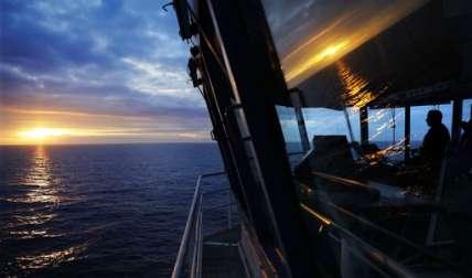El primer oficial, Jukka Vuosalmi, se sienta a los mandos del rompehielos finlandés MSV Nordica mientras navega en el Océano Pacífico Norte hacia el estrecho de Bering.  /  AP
