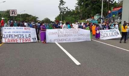 Indígenas cierran la entrada de Tolé exigiendo la construcción de la carretera.