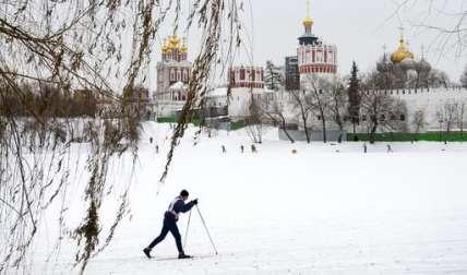 Esquiadores corren en un estanque congelado por el convento de Novodevichiy mientras que las temperaturas frías aumentaron en Moscú a menos -9 Celsius (menos 15.8 F).   /  Foto: AP