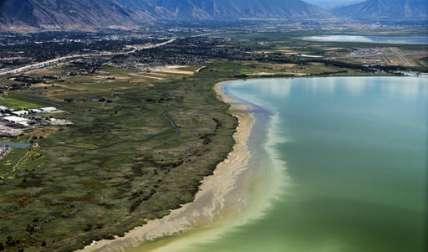 El agua descolorida causada por un florecimiento de algas cerca de la Marina Lindon, en Utah Lago en Lindon, Utah.  /  Foto: AP