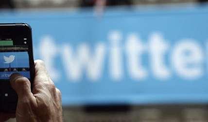 Un hombre fotografía el logo de Twitter. EFE/Archivo