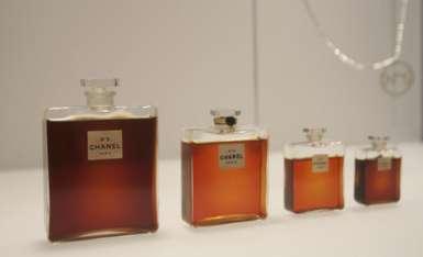 Chanel emitió un comunicado el viernes argumentando que los planes del tren afectarían la producción de sus perfumes más conocidos. / Foto: AP
