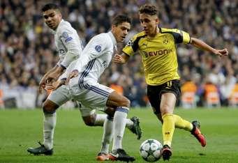 Raphael Varane (c) le hace la cobertura a Emre Mor (d) jugador del Borussia Dortmund. Foto EFE