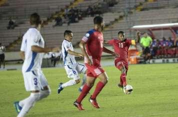 """""""Negrito"""" Quintero (19) y Rolando Blackburn durante el encuentro frente a los cuscatlecos. Foto: Anayansi Gamez"""