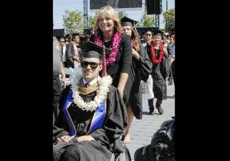Judy O'Connor, maestra retirada, empujó la silla de ruedas de su hijo Marty para que éste recibiera su diploma en la graduación en la Universidad Chapman.  /  Foto: AP