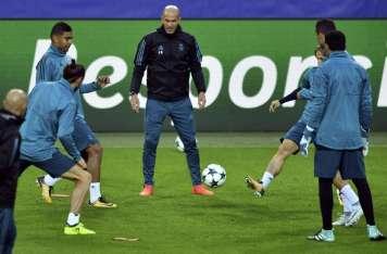 Zidane (c) junto a otros jugadores en acción durante una sesión de entrenamiento. Foto:EFE