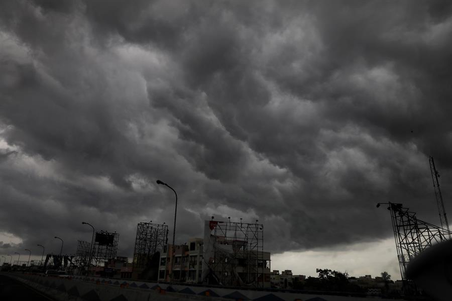 Un fuerte ciclón descarga aguaceros en India y Bangladesh