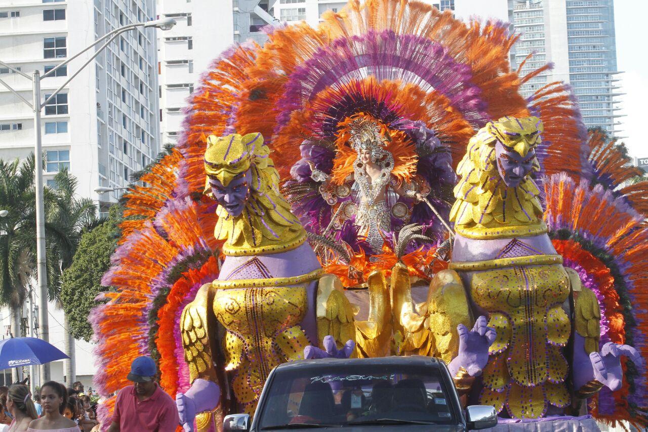 Reinas del Carnaval engalanan la Cinta Costera