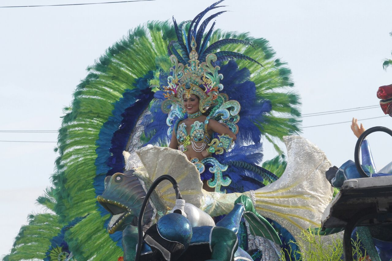 Murgas, lujo y esplendor en desfile de reinas